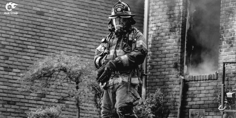 آتش نشان در حال خاموش کردن حریق